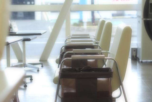 明るい療養所の待合室